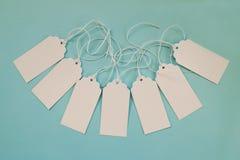 白色白纸价牌或标号组在蓝色背景 免版税库存图片