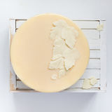 白色白色巧克力叶子在蛋糕的 库存图片