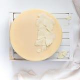 白色白色巧克力叶子在蛋糕的 免版税库存照片