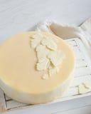 白色白色巧克力叶子在蛋糕的 免版税库存图片