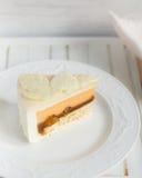 白色白色巧克力叶子在蛋糕的 免版税图库摄影