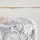 白色的图象成珠状在葡萄酒桌上的项链和金刚石冠状头饰 被过滤的葡萄酒 选择聚焦 免版税图库摄影