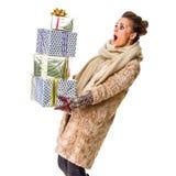 白色的惊奇的现代妇女与堆圣诞节giftes 免版税图库摄影
