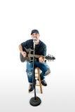 白色的歌手音响吉他弹奏者与帽子 免版税库存图片