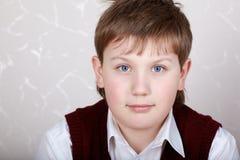 白色的男孩接近的potrait衬衣 免版税库存照片
