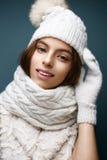 白色的美丽的女孩编织了有毛皮大型机关炮的帽子 与柔和的裸体构成的模型 舒适冬天图片 库存照片