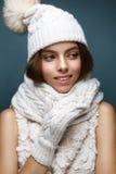 白色的美丽的女孩编织了有毛皮大型机关炮的帽子 与柔和的裸体构成的模型 舒适冬天图片 免版税库存图片