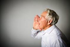 白色的老人是叫喊的 免版税库存照片