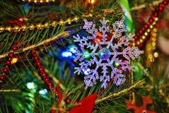 白色的背景圣诞节关闭查出的雪花 库存图片