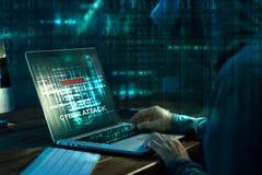 白色的背景接近的计算机黑客 研究在膝上型计算机的一个代码的互联网罪行 库存照片