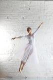 白色的芭蕾舞女演员 库存图片