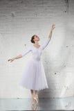 白色的芭蕾舞女演员 免版税库存照片
