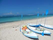 白色皮船和蓝色桨 免版税库存图片