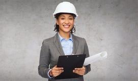 白色盔甲的女实业家与剪贴板 免版税库存图片