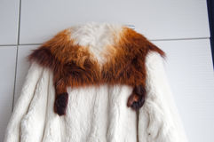白色真正的皮大衣 免版税库存图片
