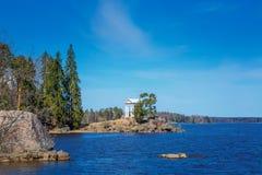 白色眺望台在海岛上在公园星期一回购的一个晴天 图库摄影