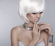 白色短发 时尚时髦的白肤金发的女孩模型 理发 海氏 免版税库存图片