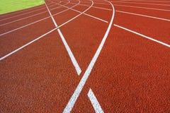 白色短跑线在体育体育场内 图库摄影