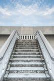 白色石匠桥梁台阶反对蓝色多云天空的 免版税库存照片