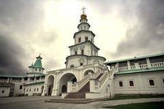 白色石塔新耶路撒冷修道院的看法在Istra,莫斯科oblast,俄罗斯 库存照片