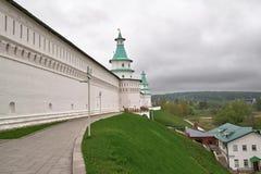 白色石墙的看法有塔新耶路撒冷修道院的在Istra,莫斯科oblast,俄罗斯 免版税库存图片