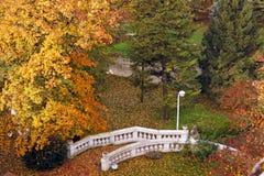 白色石楼梯在公园 免版税库存图片