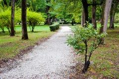 白色石渣道路在公园 免版税库存照片