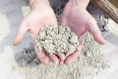白色石英沙子在手上 免版税库存图片