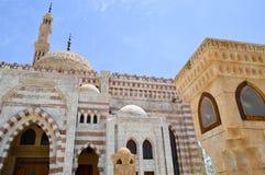 白色砖回教伊斯兰教的清真寺穆斯林的汇集的一般祷告的,与a的一个礼拜仪式的建筑结构 库存照片