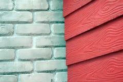白色砖墙和红色木墙壁背景 免版税库存图片