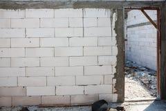 白色砖墙和门旁柱设施 免版税库存图片