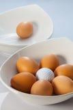 白色碗、复活节彩蛋和高尔夫球 图库摄影