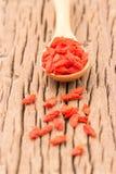 白色碗用干goji莓果准备要的forWomen 免版税库存照片