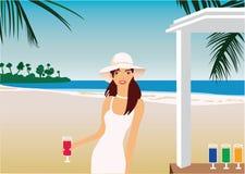 白色礼服和帽子的女孩在海滩酒吧 免版税库存照片