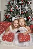 白色礼服的两个女孩有礼物的 免版税图库摄影