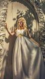 白色礼服的俏丽的妇女在希腊样式 图库摄影