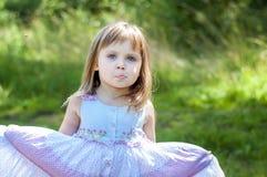 白色礼服的可爱的小女孩在森林森林若虫 晴朗的日 库存图片