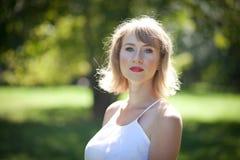 白色礼服的妇女在绿色公园 Eco绿色概念 免版税图库摄影