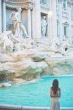 白色礼服的妇女在Trevi喷泉前面在罗马 图库摄影