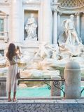 白色礼服的妇女在Trevi喷泉前面在罗马 库存图片
