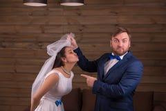 白色礼服的新娘反对惊奇的新郎 免版税库存照片