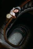 白色礼服的时髦的豪华新娘有查找的花束的摆在老木台阶,顶视图 库存照片