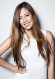 白色礼服的美丽的亚裔少妇有至善至美的皮肤的 免版税库存照片