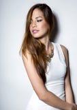 白色礼服的美丽的亚裔少妇有至善至美的皮肤的 免版税库存图片