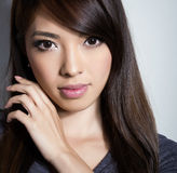 白色礼服的美丽的亚裔少妇有至善至美的皮肤的 库存图片