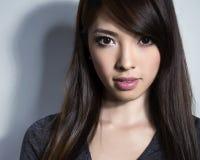 白色礼服的美丽的亚裔少妇有至善至美的皮肤的 库存照片