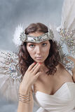 白色礼服的美丽的妇女有天使的飞过 图库摄影