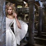 白色礼服的肉欲的白肤金发的妇女 图库摄影