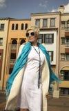 白色礼服的,外套,蓝色围巾妇女金发碧眼的女人 抽象横幅方式发型例证 免版税库存照片