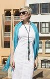 白色礼服的,外套,蓝色围巾妇女金发碧眼的女人 抽象横幅方式发型例证 库存照片